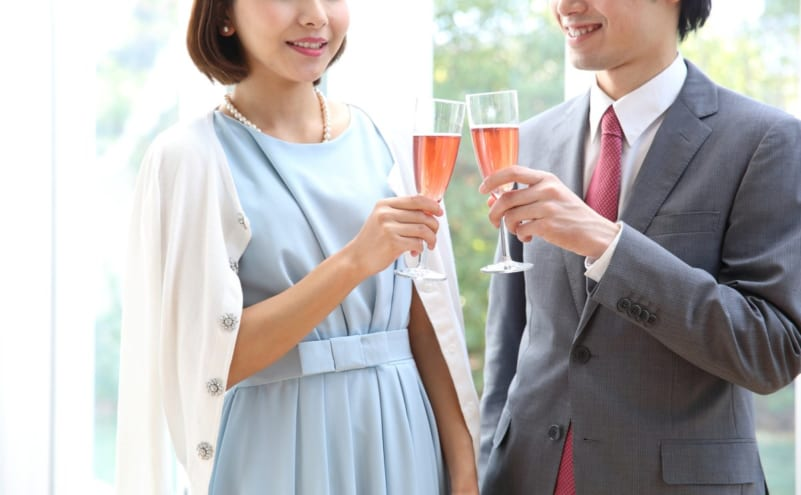 お酒片手にパーティーでの出会いを楽しむ