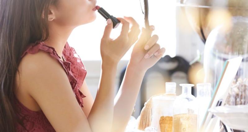 女性の化粧姿