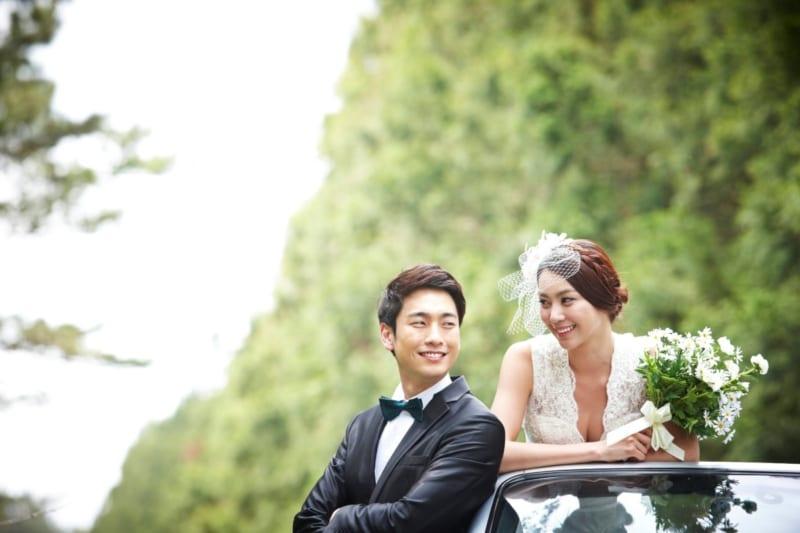 結婚式で見つめ合う2人