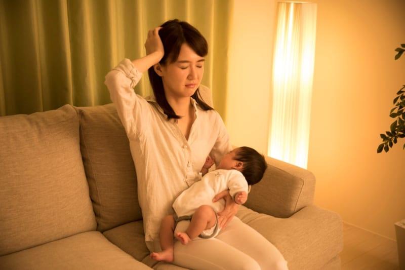 子育てに頭を抱える女性