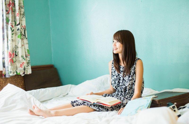 ベッドで読書をする女性