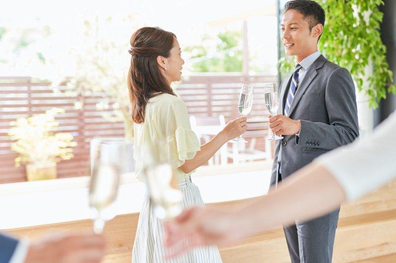 パーティーで会話をする男女