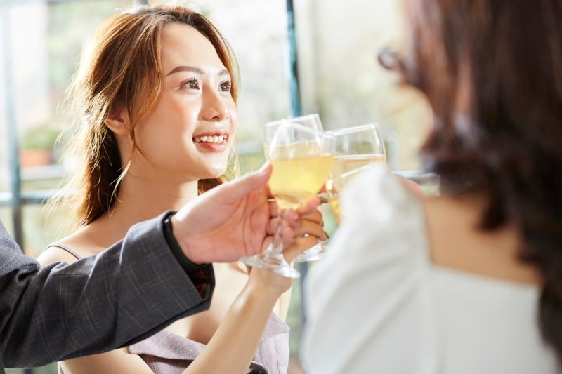 パーティーで談笑する女性