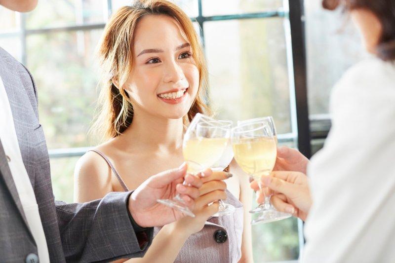 パーティーで乾杯をする女性