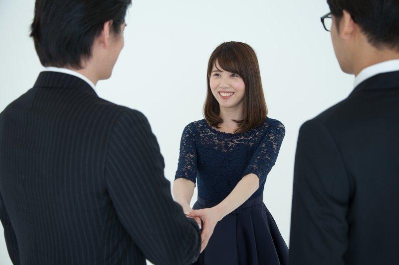 笑顔で男性の手をとる女性