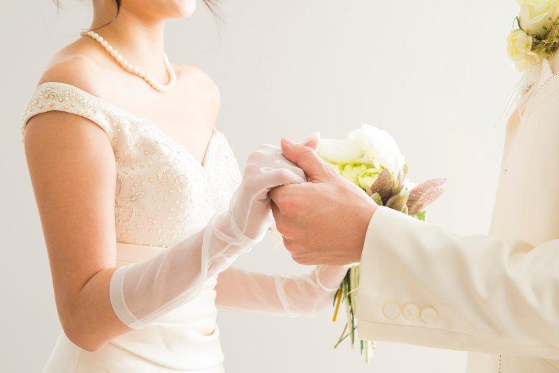 新郎新婦が手を取り合って向かい合っている手元のアップ写真