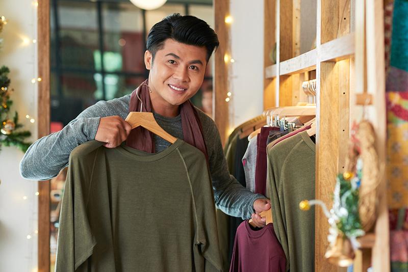 洋服の買い物をしている男性