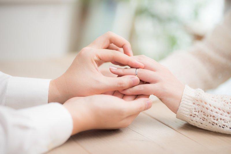彼女に指輪をつける