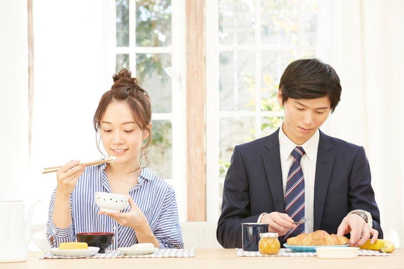 食卓で並ぶ夫婦