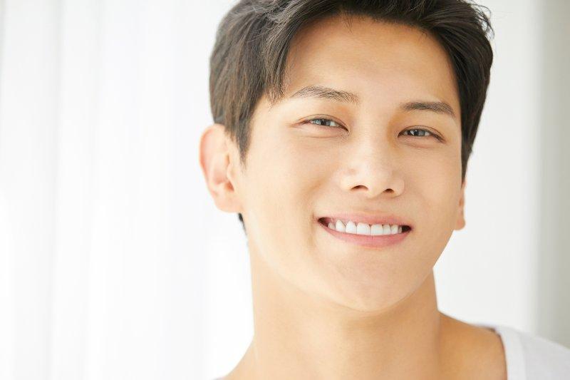 笑顔の若い男性