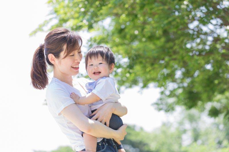 小さい子を抱っこする女性