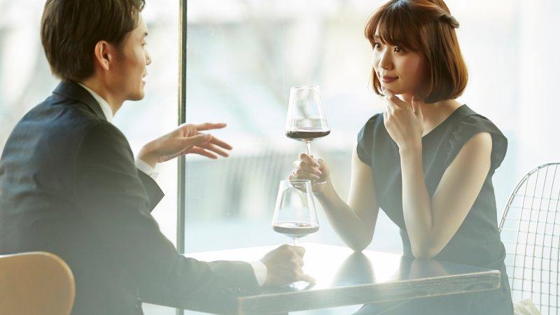 ワインを楽しむ男女