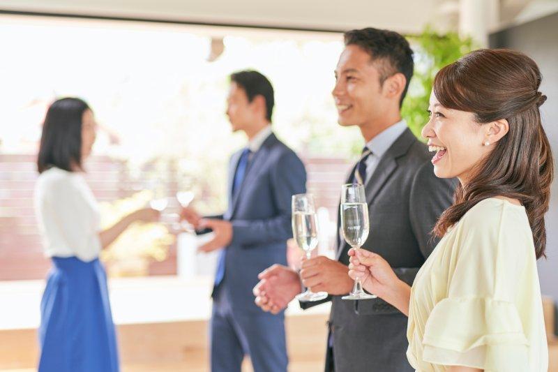 パーティーに参加している男女