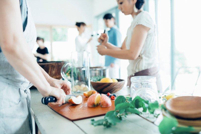 料理をする男女グループ