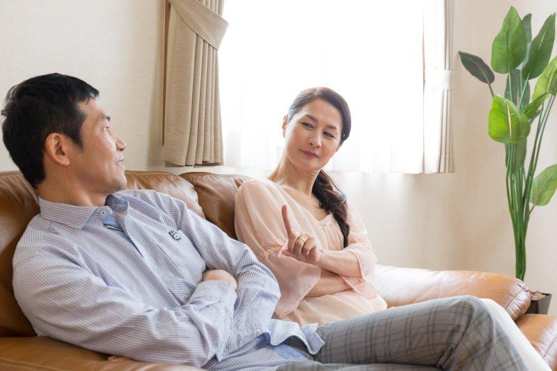 ソファーに座り会話する男女