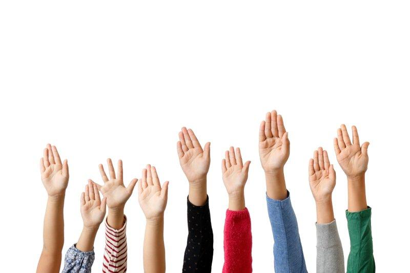 多くの人が手を挙げている