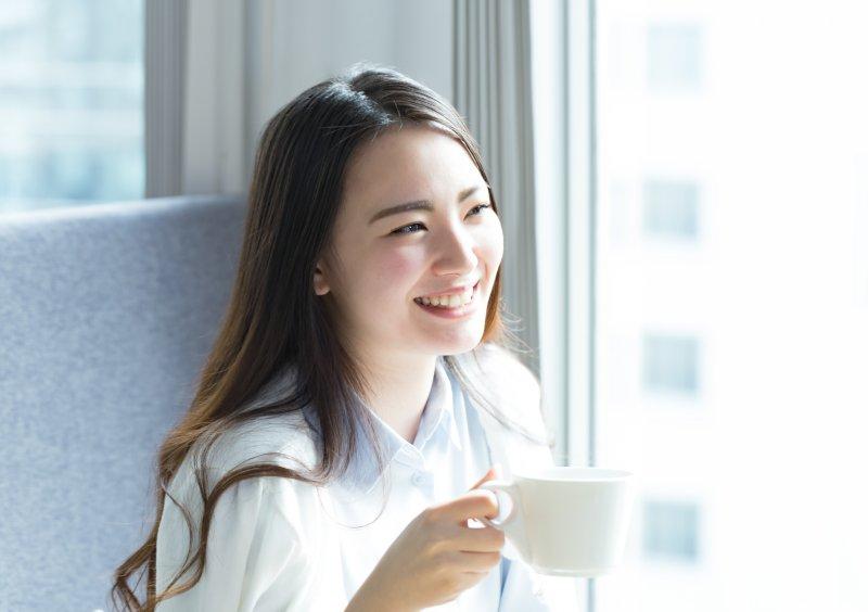笑顔で話しかける女性