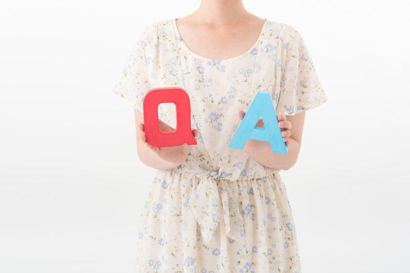 QAのオブジェをを持つ女性