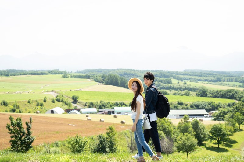 自然豊かな道を歩くカップル