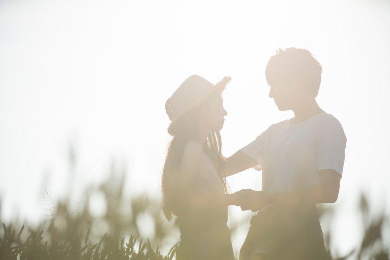麦畑にいるカップル