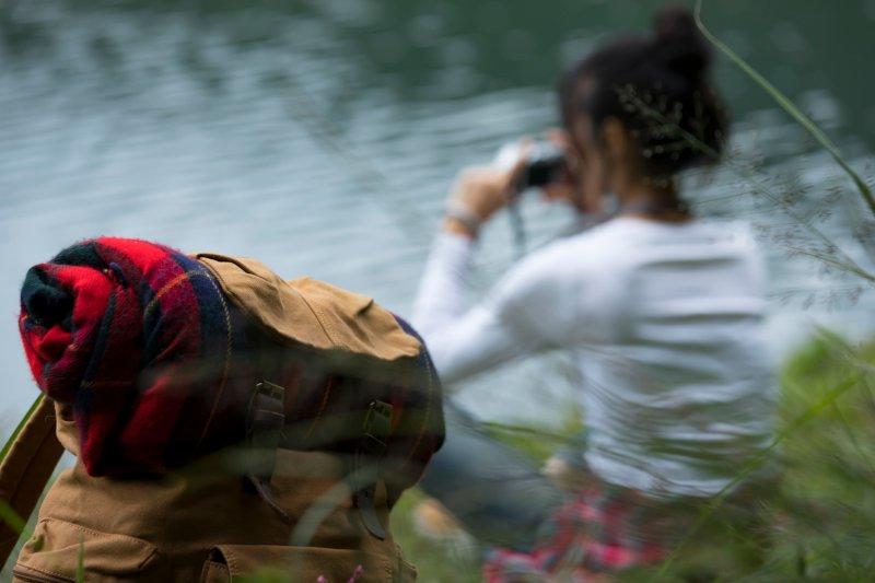 湖畔で写真を撮る女性