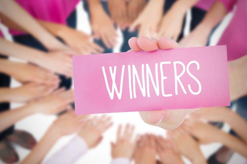 WINNERSのカードを持つ手