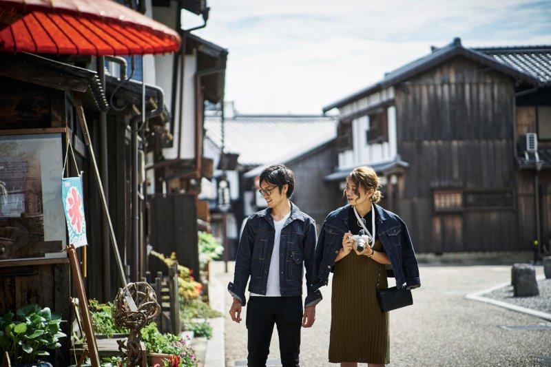 古い通りを歩くカップル