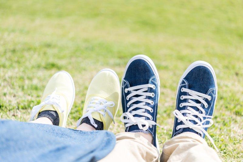 スニーカーを履いたカップルの足先