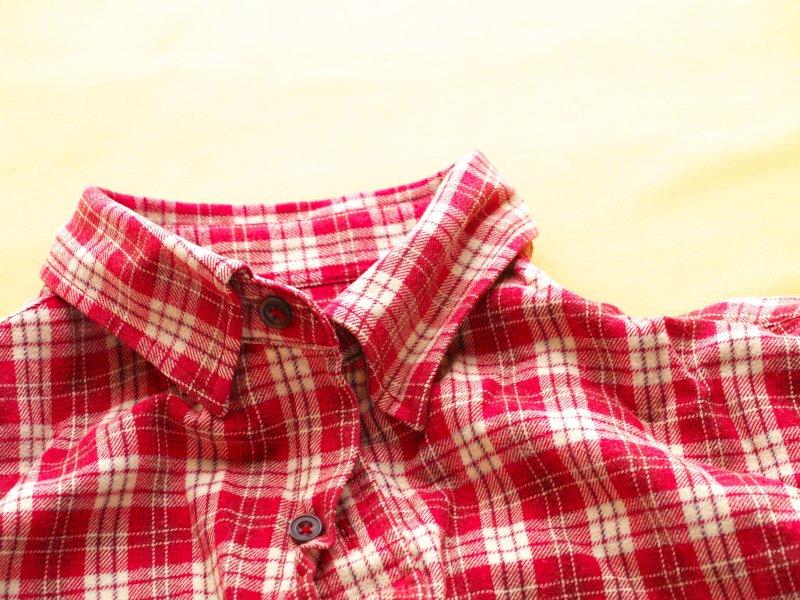 赤いチェックのネルシャツ