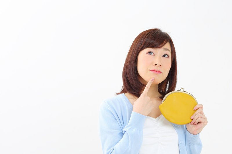 ガマグチ財布を持って考える女性