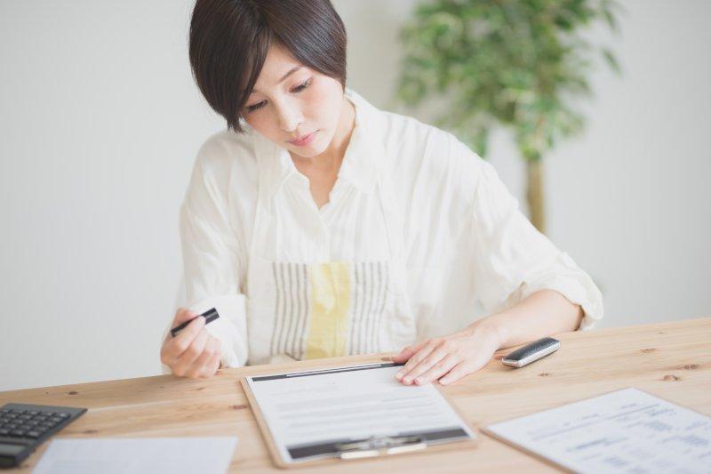契約書を確認する女性