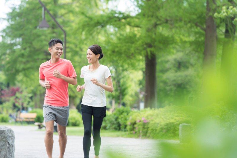 ジョギングをしているカップル