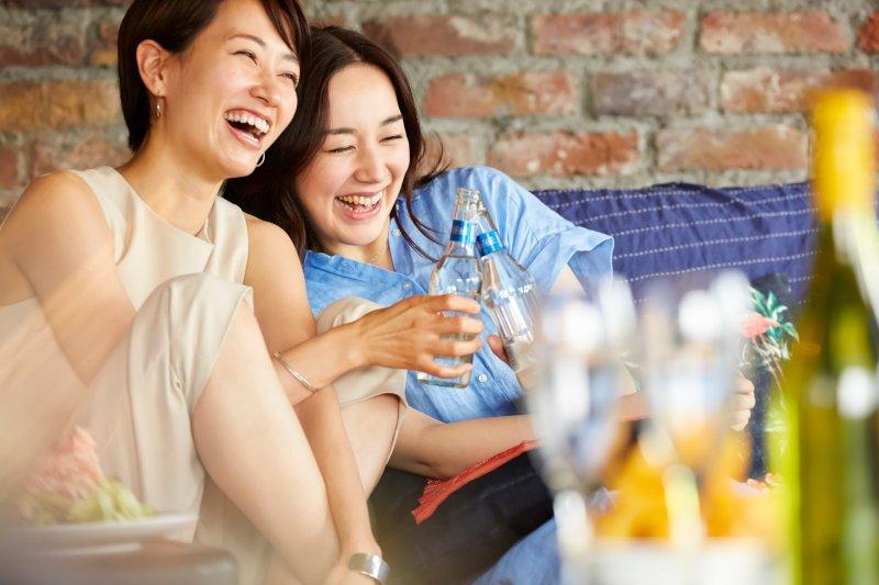 パーティーに参加して笑っている女性