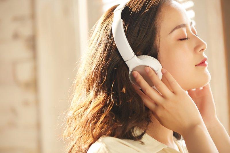 ヘッドホンをして音楽を聴く女性