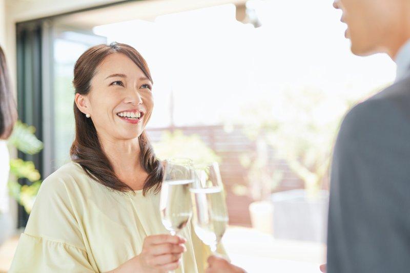笑顔で乾杯する女性