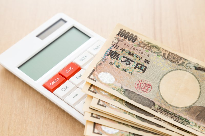 電卓と一万円札複数枚