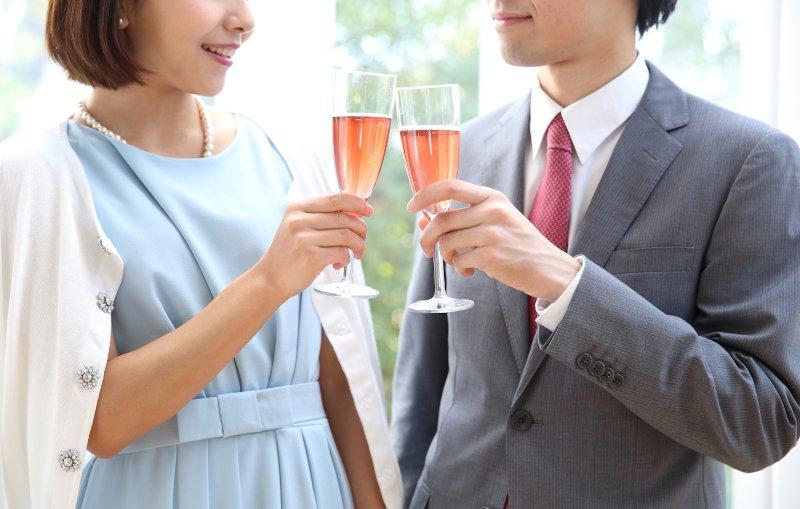 パーティーで男女が乾杯している