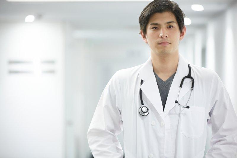 白衣を着た男性医師
