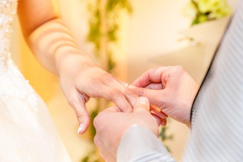 結婚式で新婦に指輪をはめる