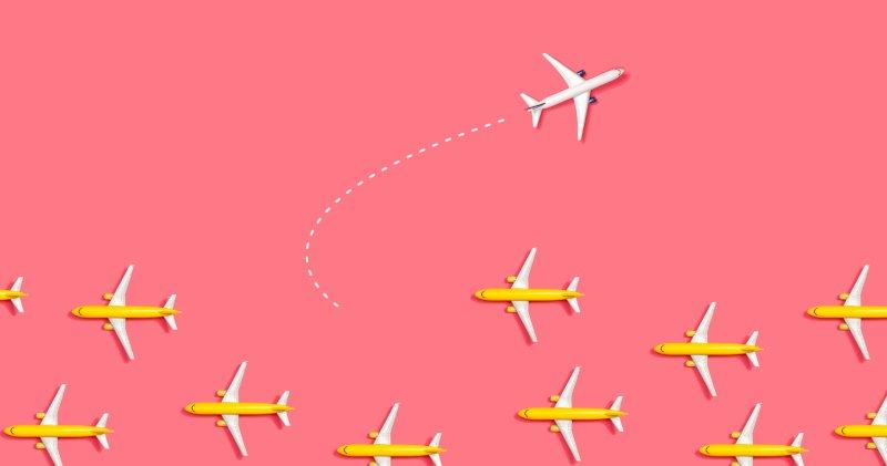 たくさんの飛行機が左側に進んでいて一機だけUターンしている