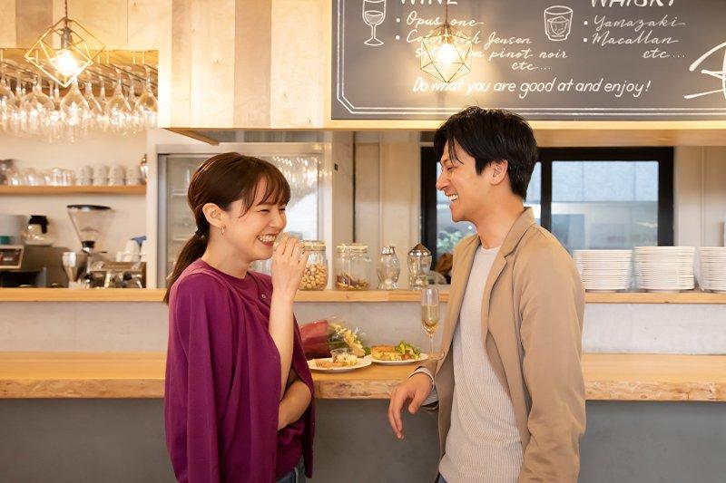 カフェで歓談中の男女