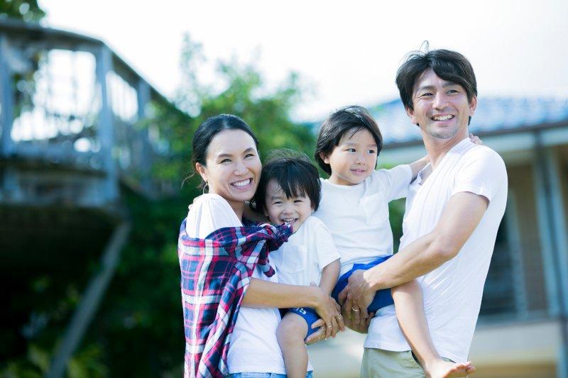 子供達を抱っこする夫婦