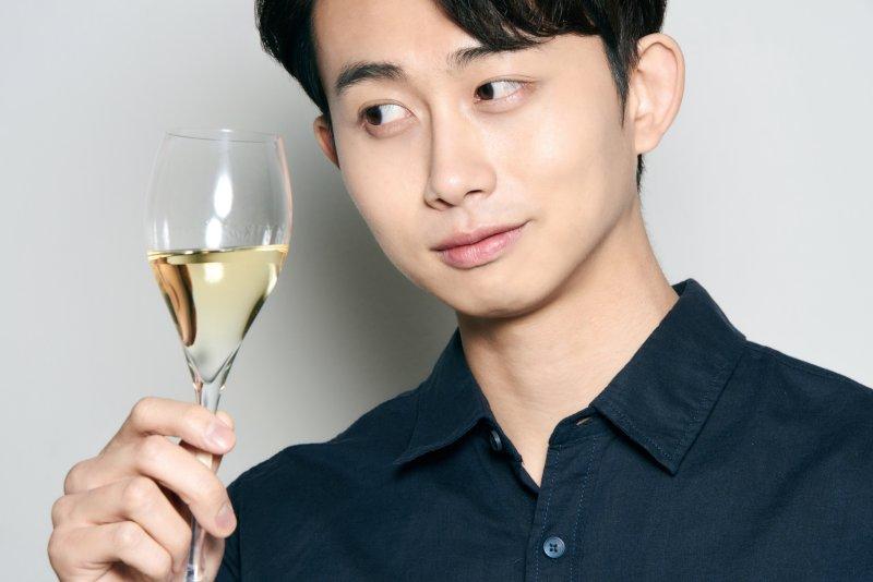 シャンパングラスを持っている男性