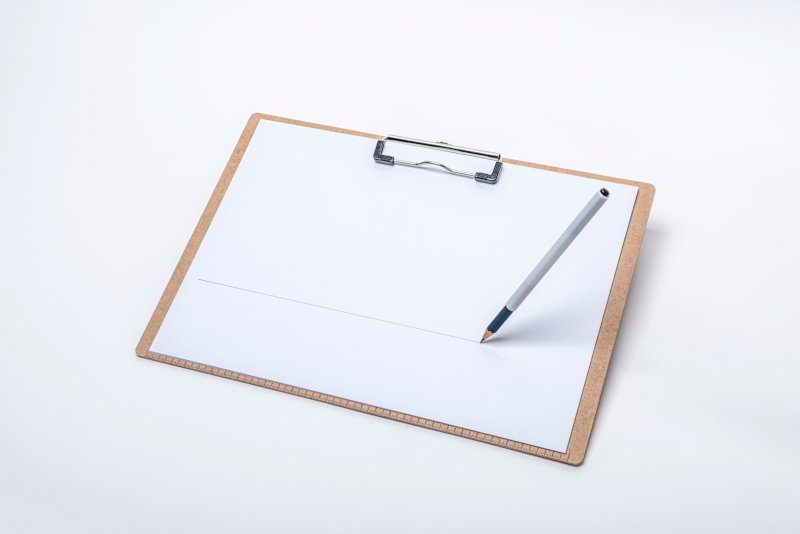 バインダーに白紙が挟まっていて上にペンが乗っている