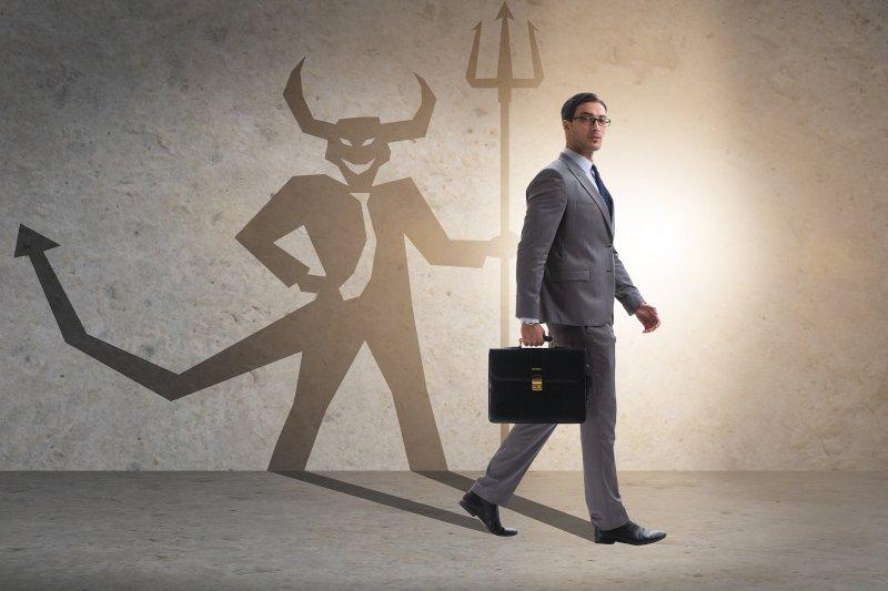 ビジネスマンと影の悪魔