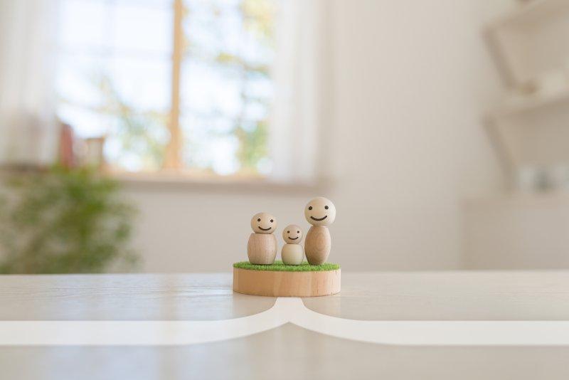 木で作られた人形が三体