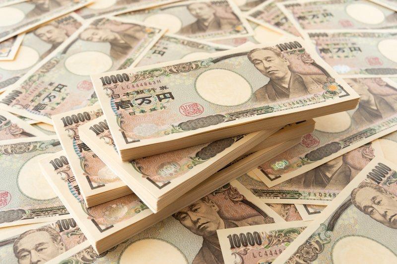 一万円札が山積みになっている
