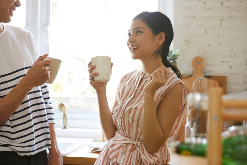 コーヒーカップを持って談笑しているガップル