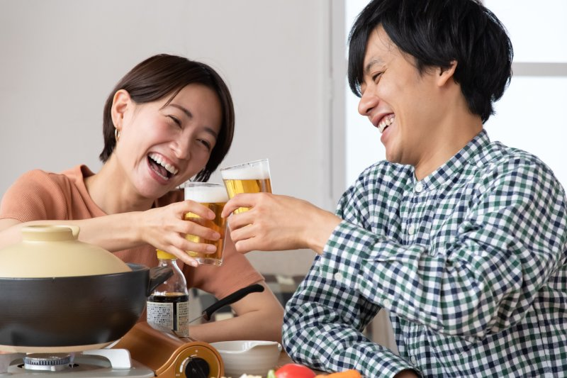 ホムパで乾杯している男女