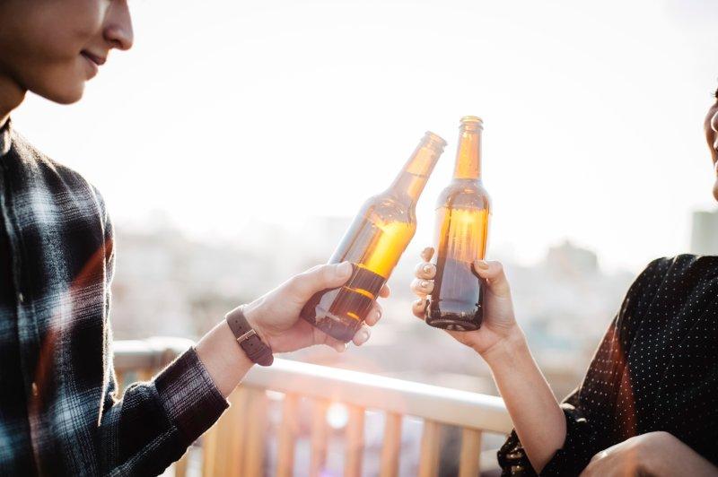 ビール小瓶で乾杯している男女
